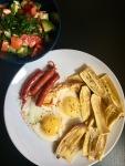Chifles, chistorra y huevos al horno