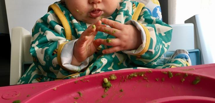 Emma comiendo aguacate