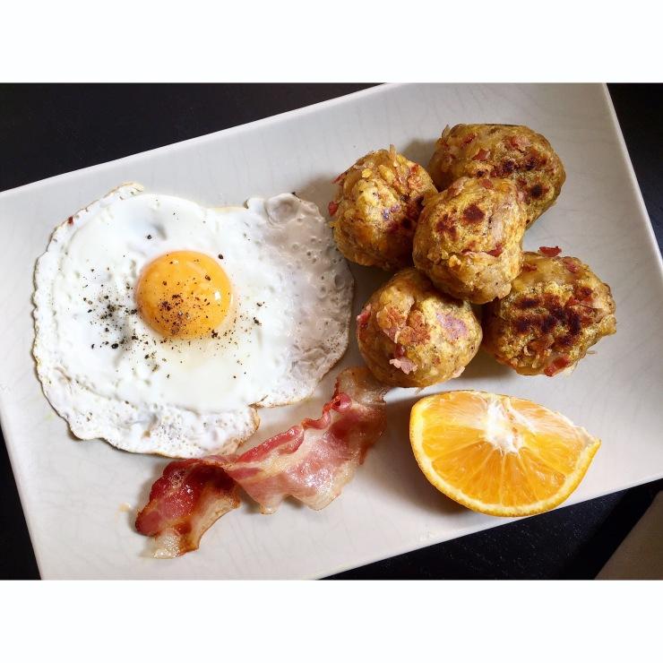Bolones de bacon con huevo frito