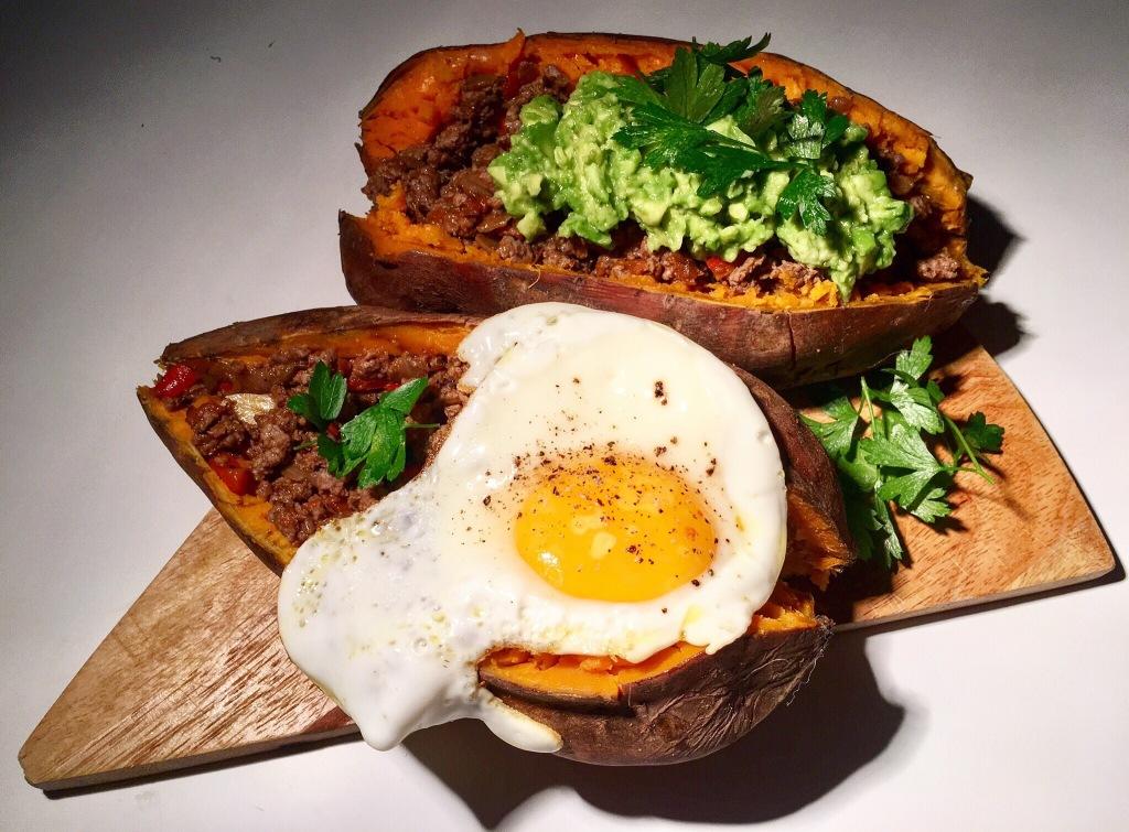 Boniatos rellenos de carne con guacamole y huevo frito