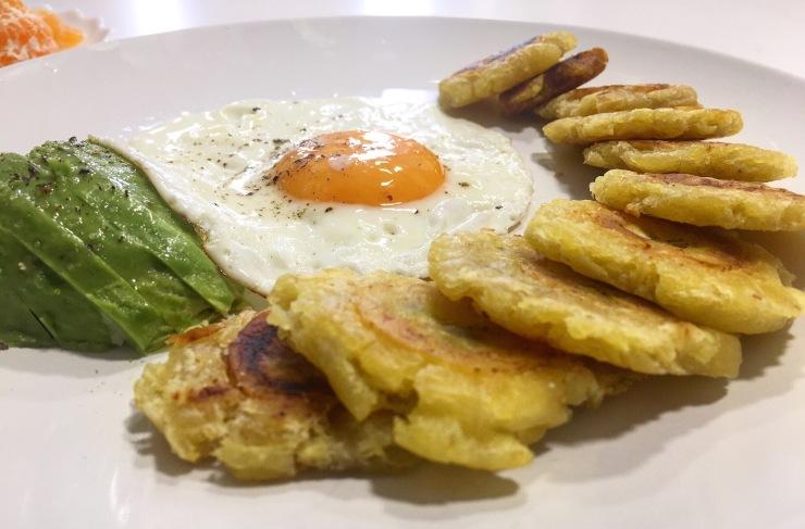Patacones, huevo y aguacate