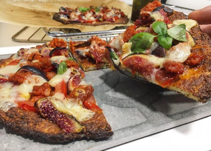 Pizza de coliflor con queso, tomate, sobrasada e higos