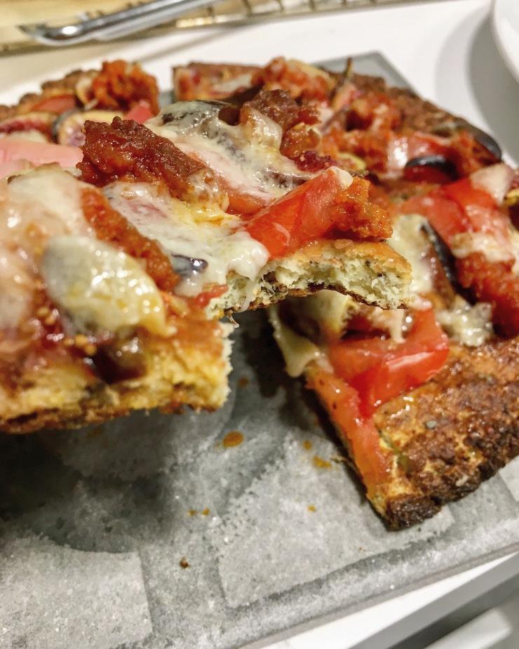 Pizza de tomate, queso y sobrasada