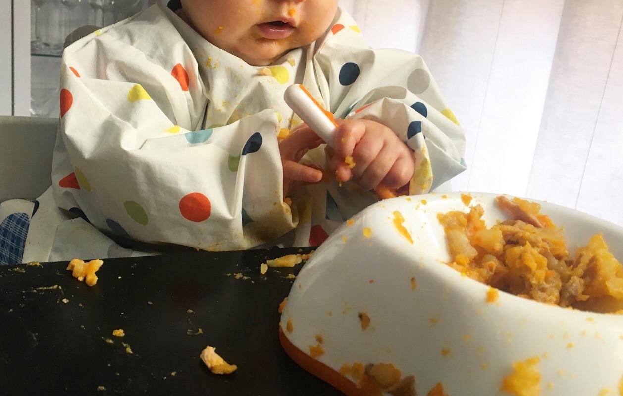 Emma comiendo puré