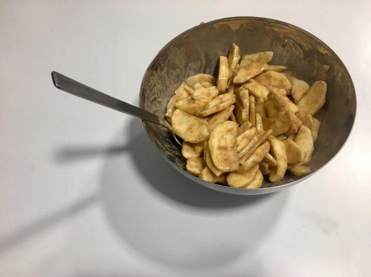 Relleno de manzanas con la mezcla de lima, canela y caramelo.