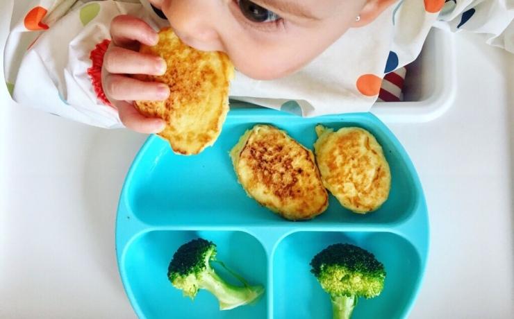 Emma comiendo tortitas con brócoli