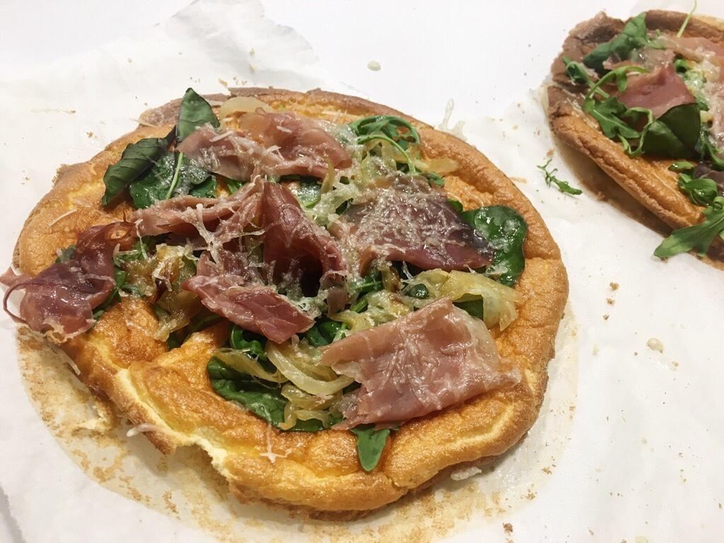 Pan Oopsie a modo de pizza. Con jamón, cebolla, espinacas y queso.