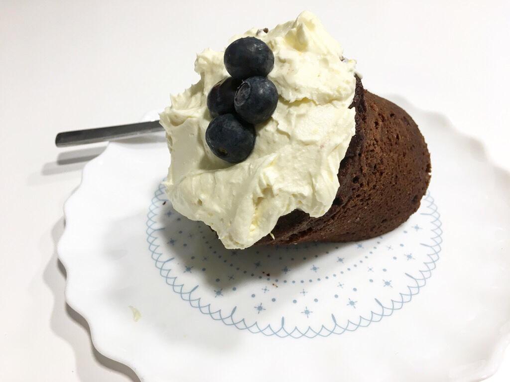 Mugcake de chocolate con frosting de queso crema y limón