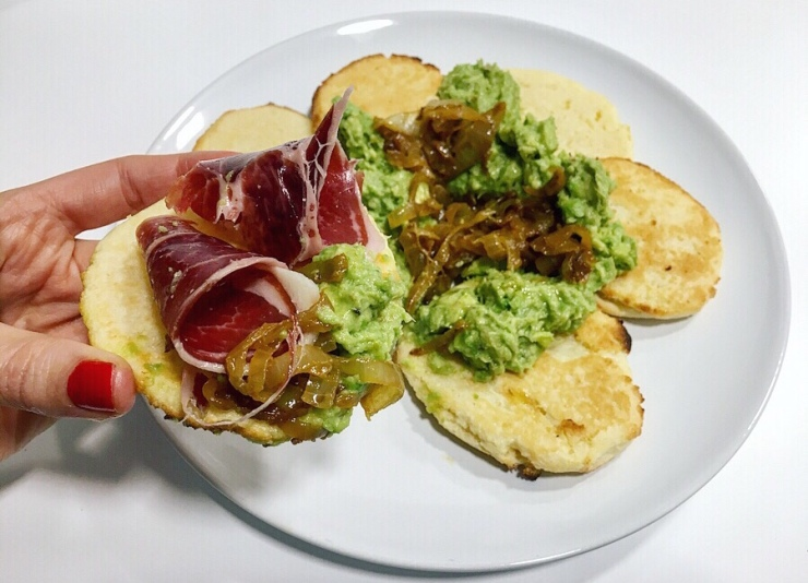 Arepas con guacamole, cebolla caramelizada y jamón ibérico.