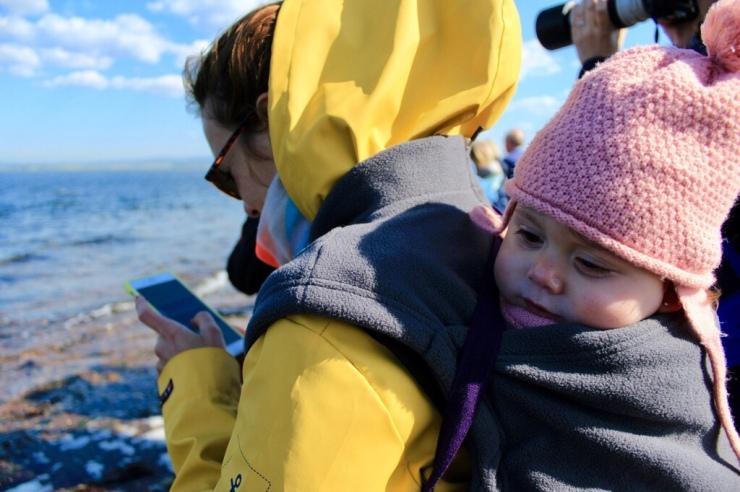 Emma resguardada del frío con un polar de porteo