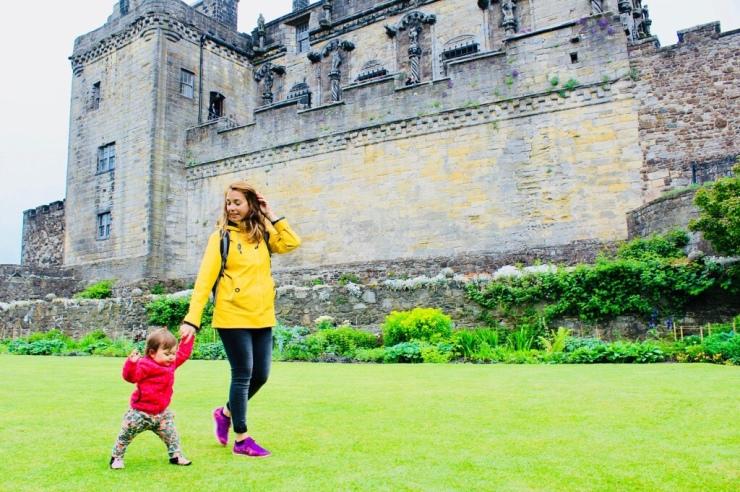Emma caminando en los jardines del Stirling Castle