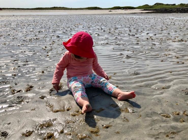 Jugando en las playas de arena blanca de la zona de Morar