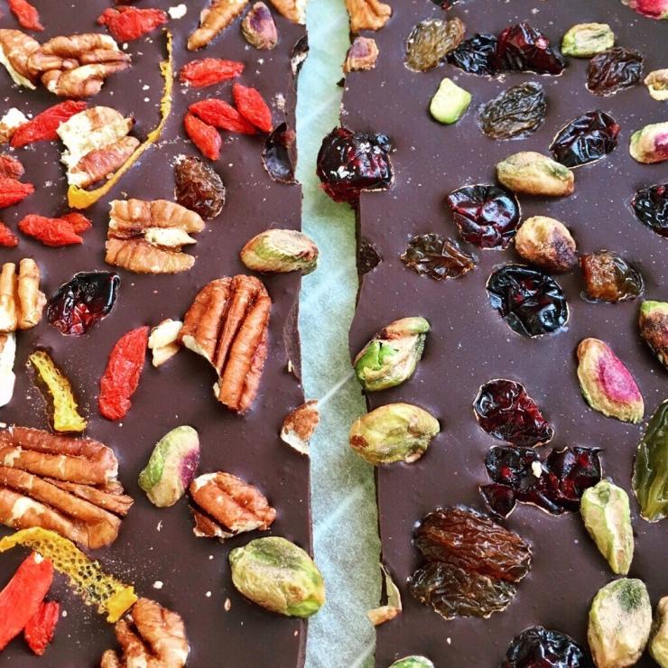 turrón casero de chocolate con frutos secos