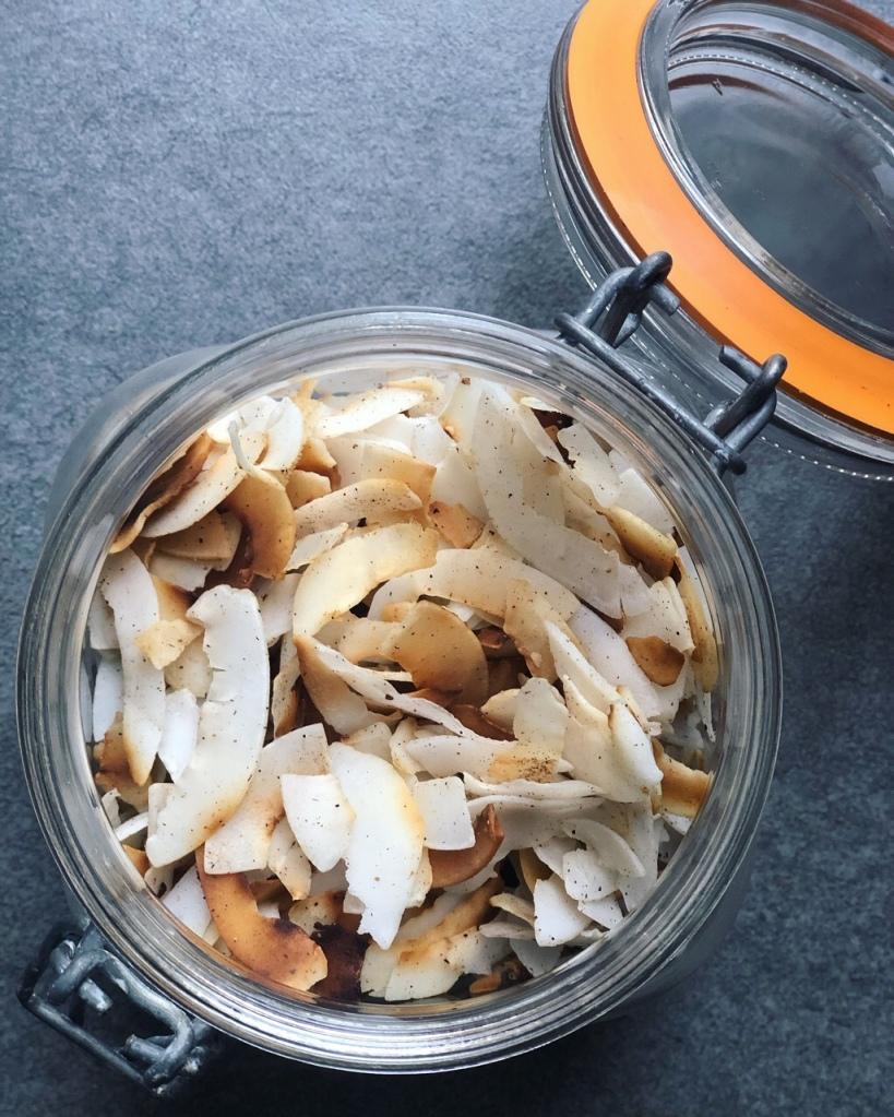 Chips de coco tostadas con canela